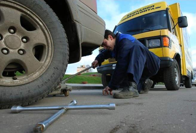 Шинмастер Иваново фотоархив Шиномонтажные работы выездной  Мастер производит снятие колеса для дальнейшего его ремонта